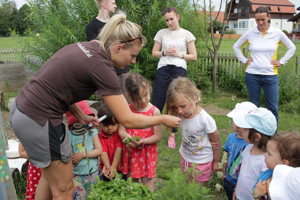 Kinder im Kräutergarten von Neubauers Stadtstall